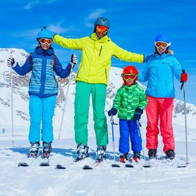 Gezin op skivakantie met perfecte ski-jas